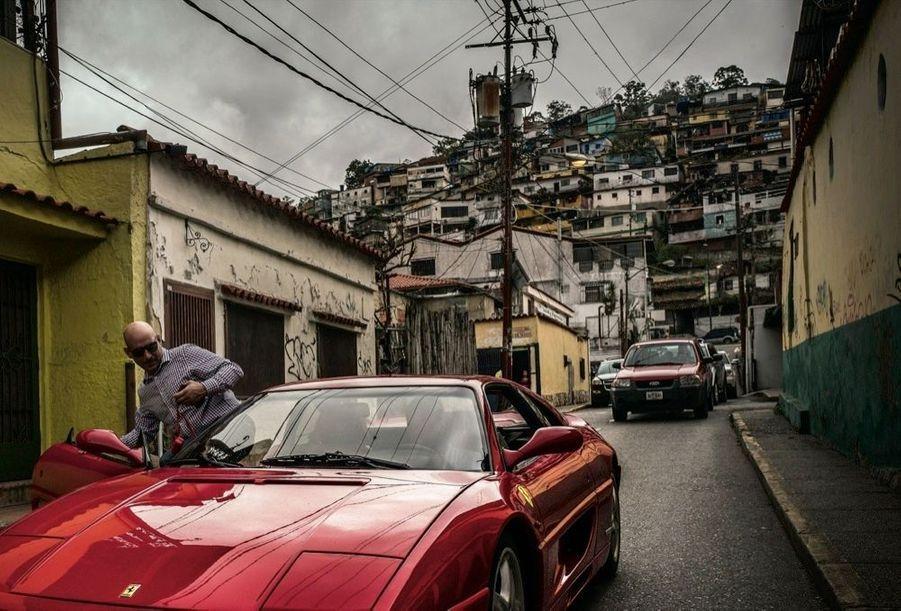 La Ferrari rutilante d'Alvin. Ce vendeur de voitures de collection en a restauré plus de 200.