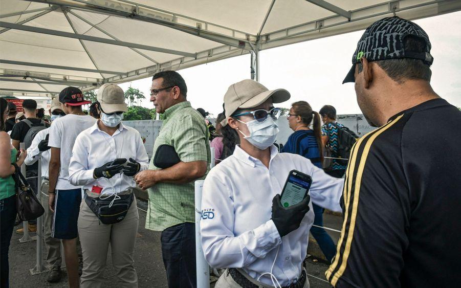 Les agents de l'immigration qui scannent les pièces d'identité portent des masques : faute de soins et de vaccins, des maladies comme la diphtérie ou la tuberculose sont réapparues au Venezuela.