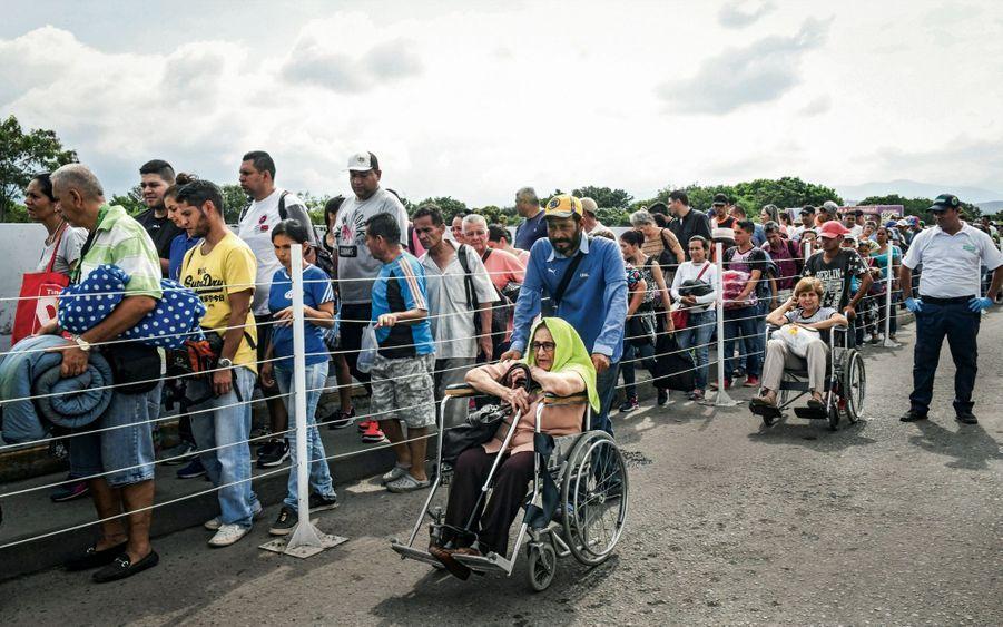 Sur le pont Simon Bolivar, une file ininterrompue. Certains Vénézuéliens viennent juste pour la journée, se faire soigner par exemple, d'autres espèrent s'installer.