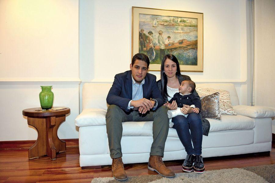 Le député de l'opposition vénézuélienne José Manuel Olivares, 33 ans, sa femme Jofreny et leur garçon à Bogota, où ils se sont réfugiés. Avec l'opposant Juan