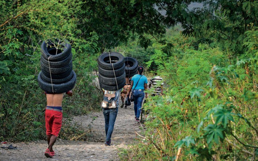 Près de 30 kilos sur le dos. Ils reviennent de Colombie avec des pneus qu'ils revendront au marché noir. Mais tout est bon pour faire du trafic : de la nourriture jusqu'au papier toilette.