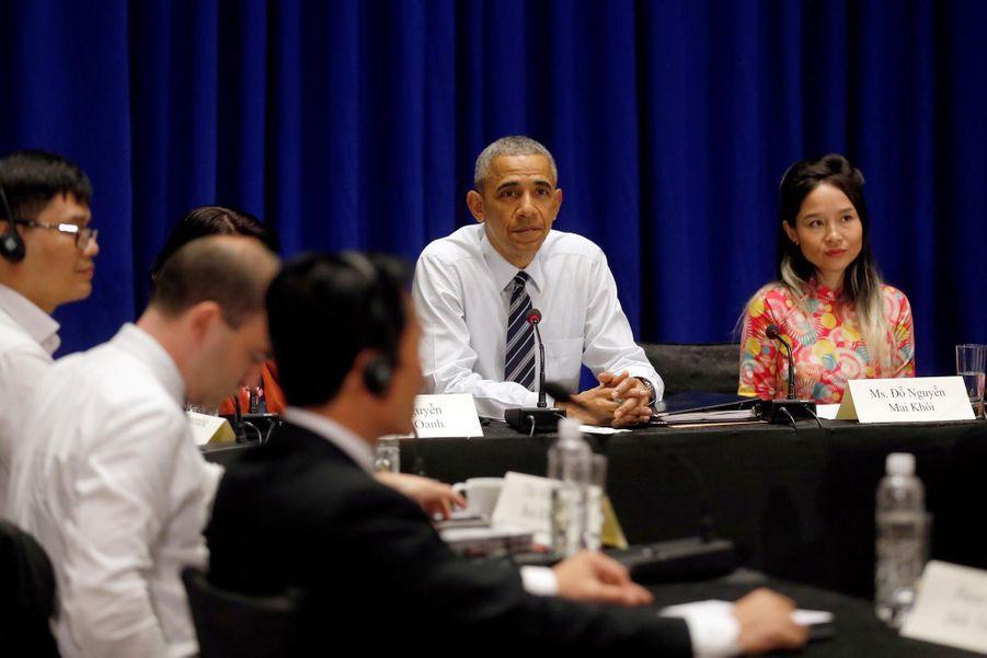 Barack Obama avec des représentants de la société civile à Hanoï
