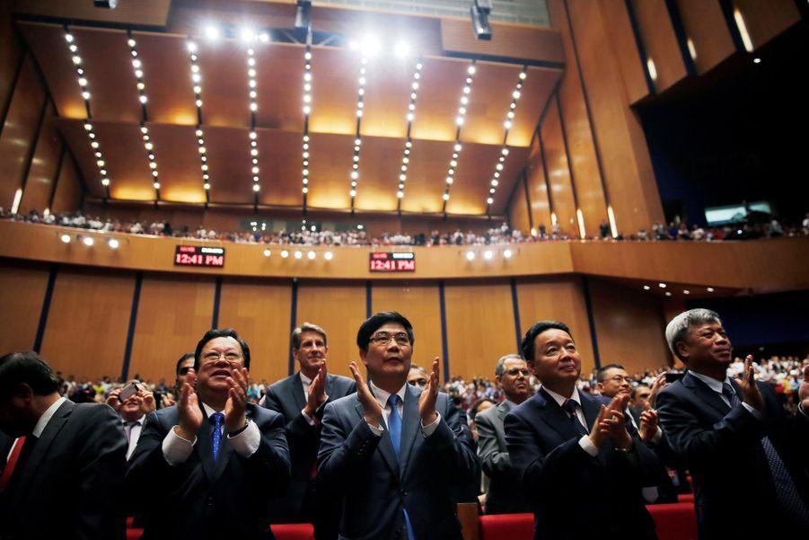 Le public applaudissant le discours d'Obama au National Convention Center à Hanoi