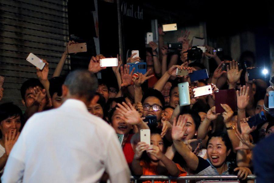 Obama a provoqué l'émeute à sa sortie du restaurant à Hanoï