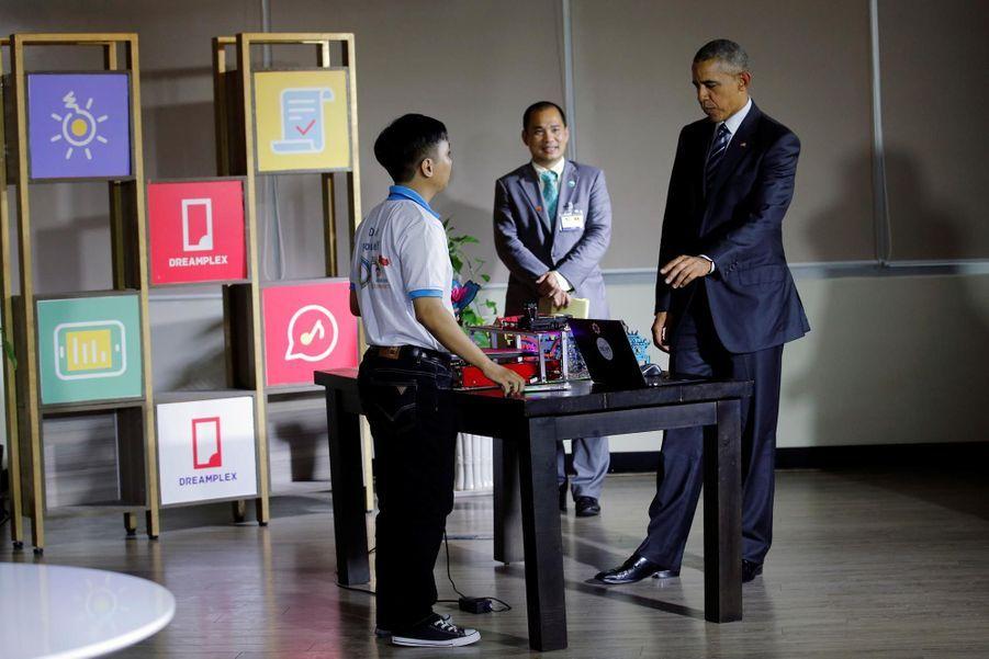 Obama discutant avec un entrepreneur à Ho-Chi-Minh-Ville