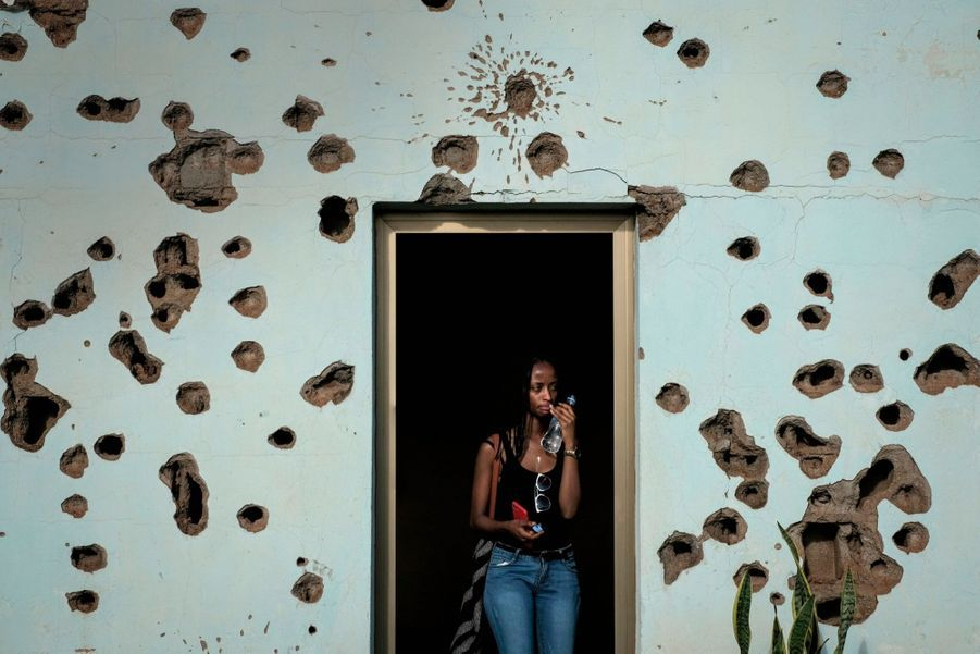 A Kigali, une visiteuse bouleversée par cette maison où dix soldats belges en mission humanitaire ont été massacrés durant le génocide rwandais. La trace des tirs reste visible sur le bâtiment, transformé en mémorial. En 2019