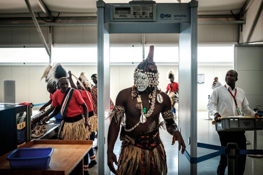 Une troupe de danseurs de l'ethnie Luya à l'aéroport international de Nairobi, au Kenya, en 2018