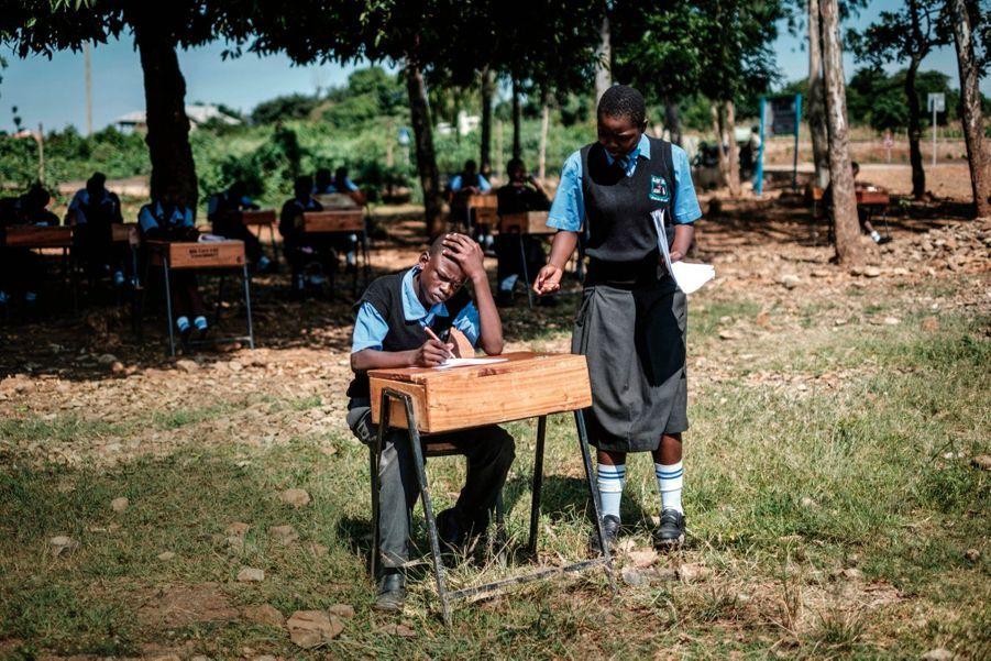 Pour l'examen d'anglais, pas question de copier les uns sur les autres. Alors, au lycée St Dominic Bukna de Kisumu, on s'est transporté à l'extérieur pour éloigner les tricheurs potentiels. En 2018.