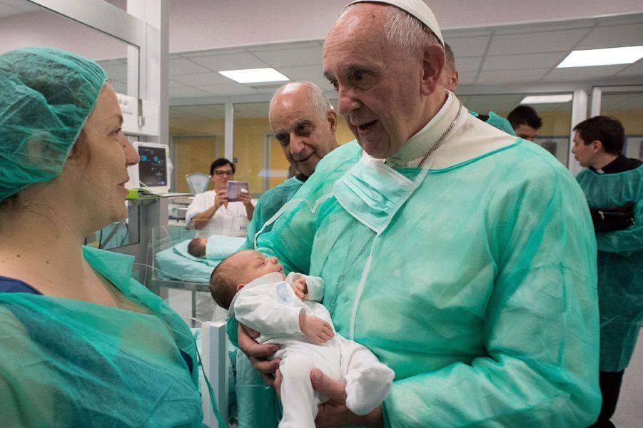 Le pape François lors de sa visiteau service de néonatalogie de l'hôpital San Giovanni de Rome, le 16 septembre 2016.