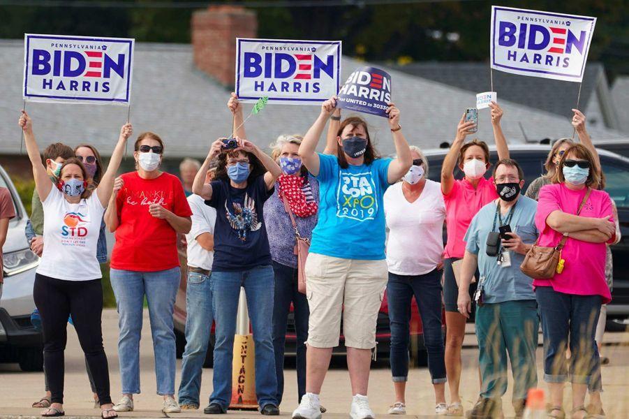 Des partisans de Joe Biden l'attendent à l'aéroport d'Erie, en Pennsylvanie, le 10 octobre 2020.