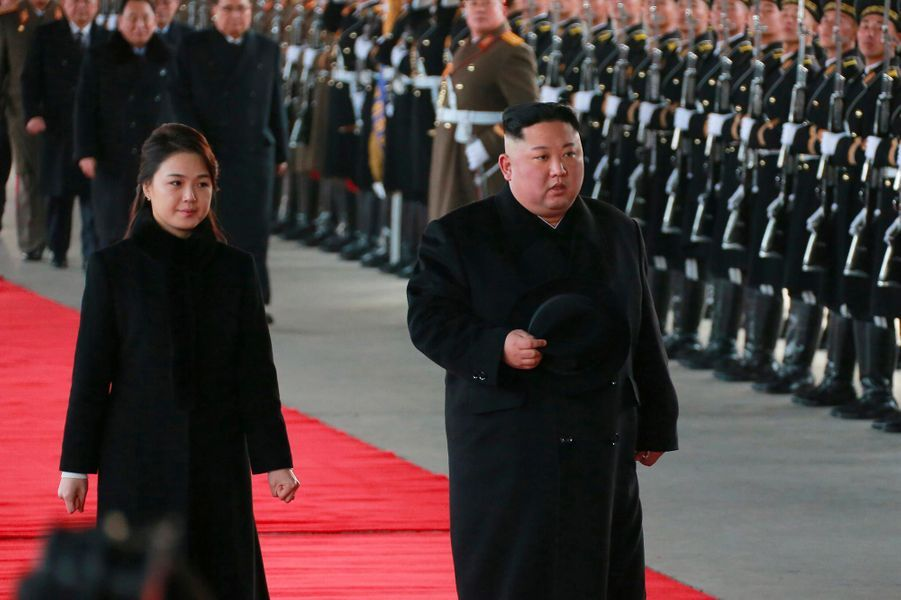Kim Jong-un et Ri Sol-ju quittant Pyongyang.