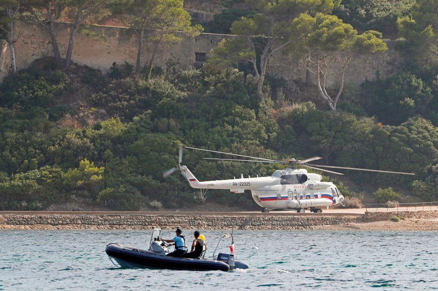 Arrivée de l'hélicoptère de Vladimir Poutine à Brégançon, lundi.
