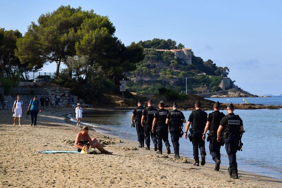 Un important dispositif de sécurité a été déployé lundi autour du fort de Brégançon, à Bormes-les-Mimosas.