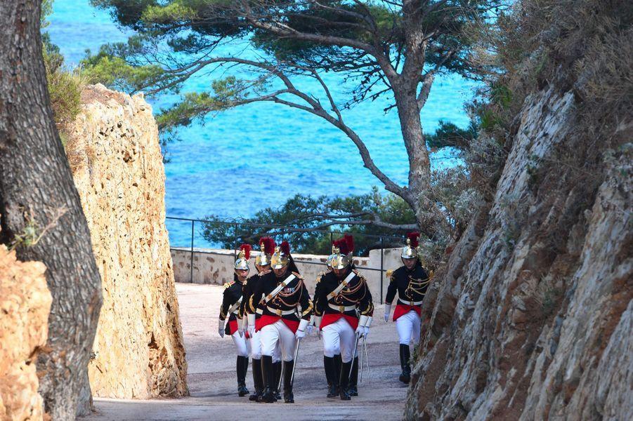 Les gardes républicains au fort de Brégançon, lundi, avant l'arrivée de Vladimir Poutine.