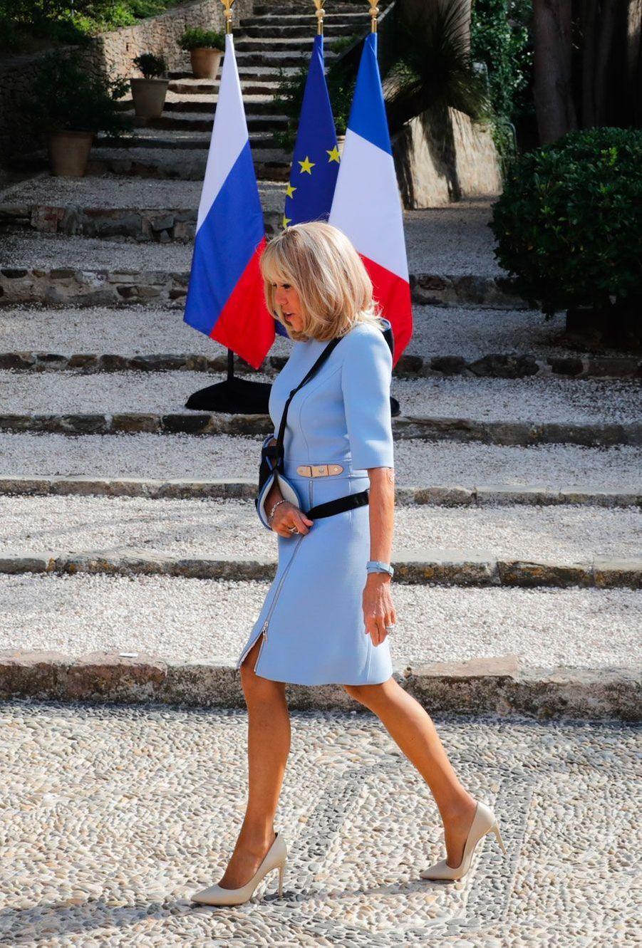 Brigitte Macron avant l'arrivée de Vladimir Poutine, lundi au fort de Brégançon. La première dame a ensuite retiré son écharpe.(photo de l'agence russe TASS)