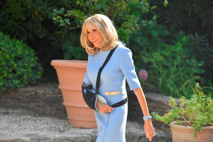 Brigitte Macron avant l'arrivée de Vladimir Poutine, lundi au fort de Brégançon. La première dame a ensuite retiré son écharpe.