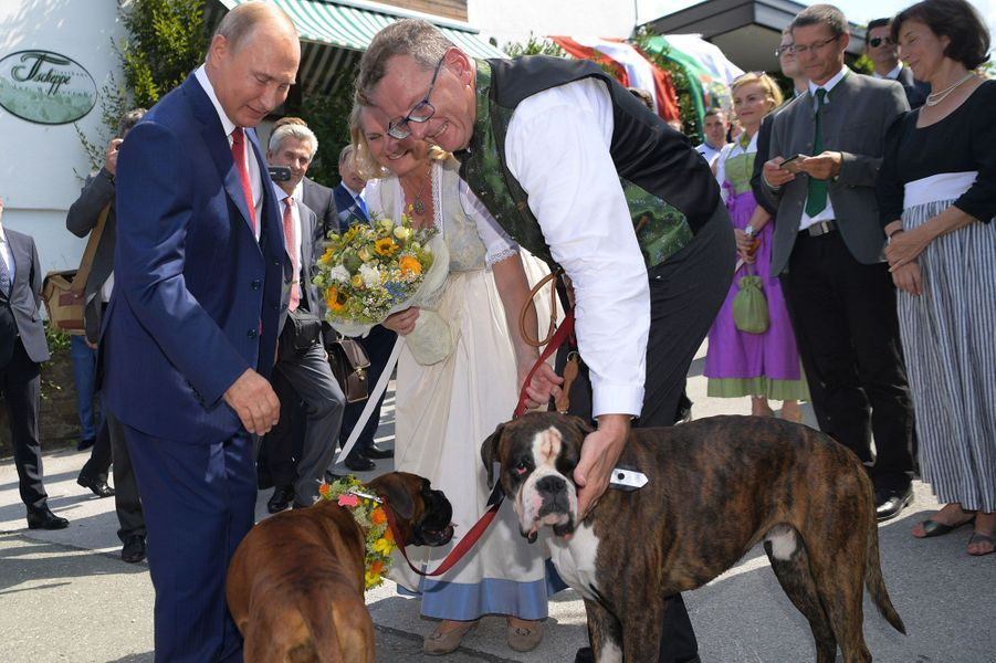 Vladimir Poutine, et les nouveaux mariés,la ministre autrichienne des Affaires étrangères, Karin Kneissl etWolfgang Meilinger