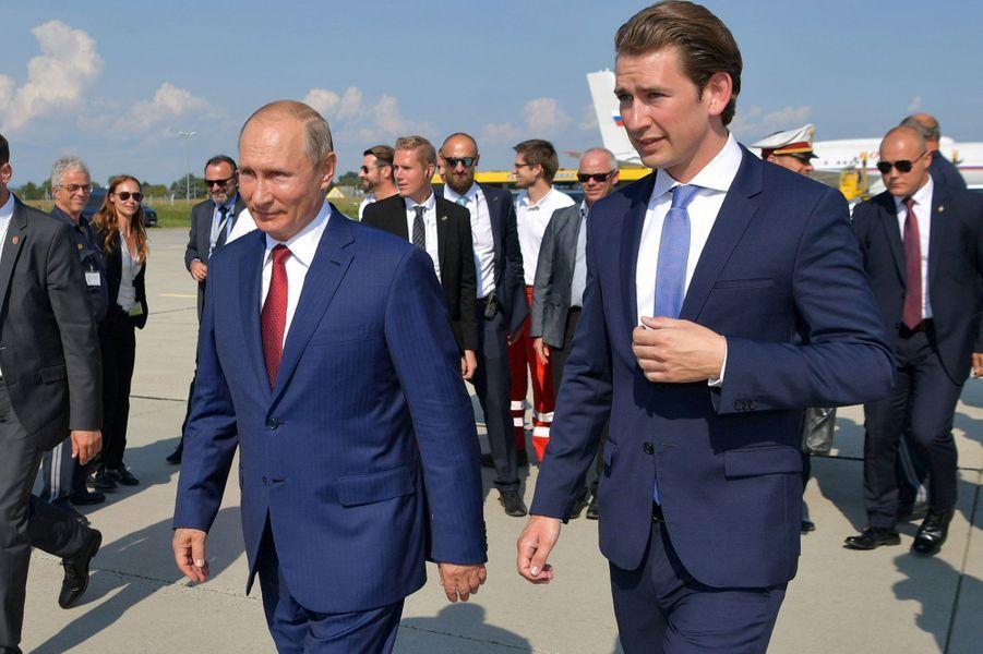 Vladimir Poutine accueilli à l'aéroport par le chancelier autrichienSebastian Kurz