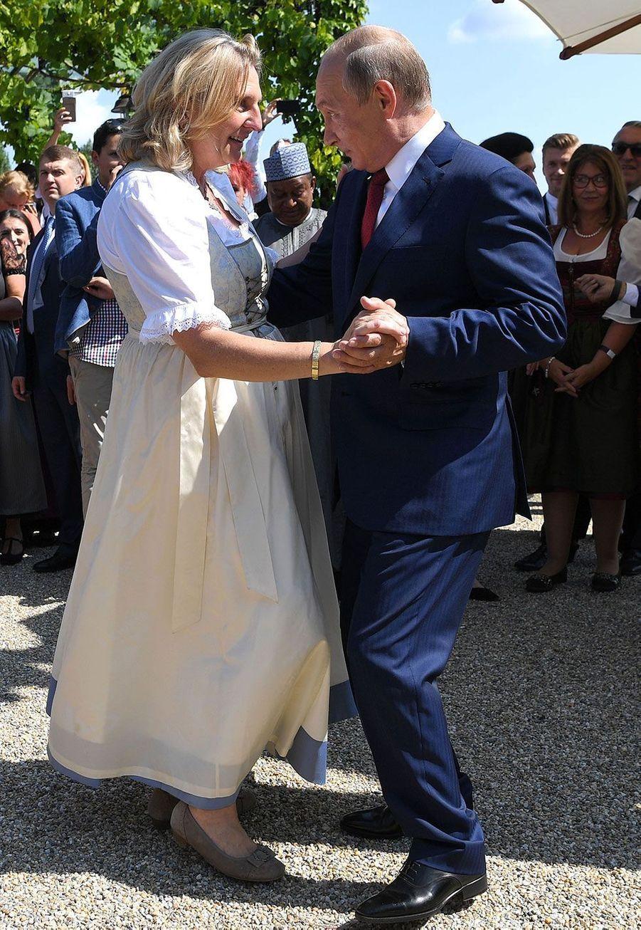 Vladimir Poutine danse avec la ministre autrichienne des Affaires étrangères, Karin Kneissl