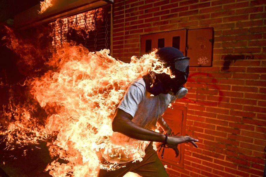 WORLD PRESS PHOTO OF THE YEAR :Ronaldo Schemidt, Venezuela, Agence France-Presse. Venezuela Crisis