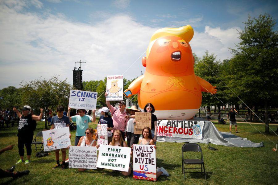 Des opposants à Trump et leur ballon, jeudi à Washington.