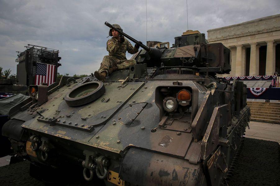 Un blindé Bradley devant le Lincoln Memorial à Washington, jeudi.