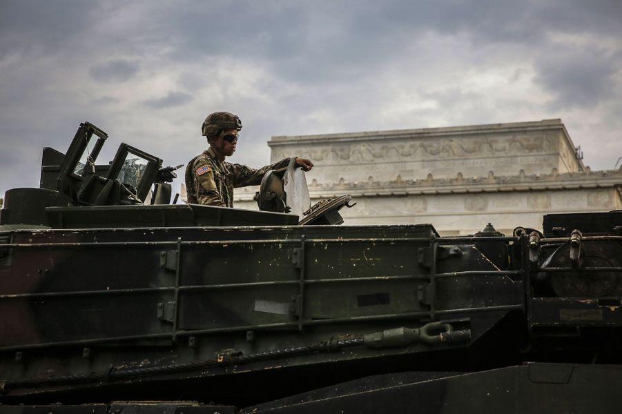 Un char Abrams devant le Lincoln Memorial, jeudi à Washington.