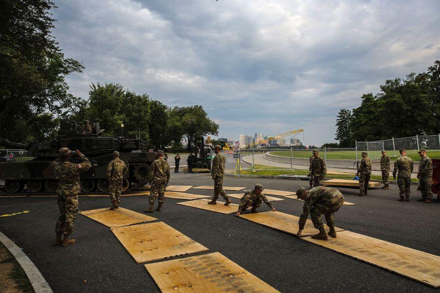 Un char Abrams manœuvre sur des planches pour ne pas endommager la chaussée, jeudi à Washington.