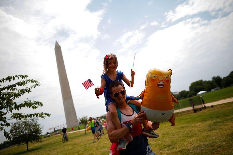 Un homme et un enfant munis d'un ballon à l'effigie du «Baby Trump», symbole des opposants au milliardaire, jeudi à Wasington.