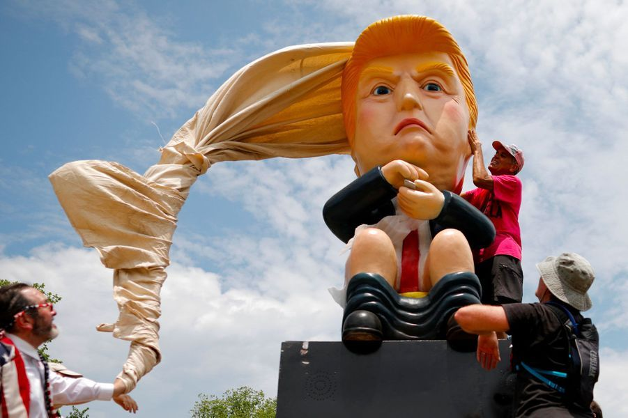 Une statue représentant Donald Trump aux toilettes en train de tweeter, jeudi à Washington.