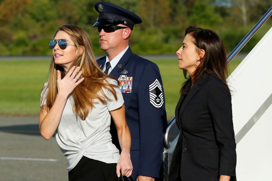 Hope Hicks et Dina Powell descendent d'Air Force One, le 15 septembre 2017.