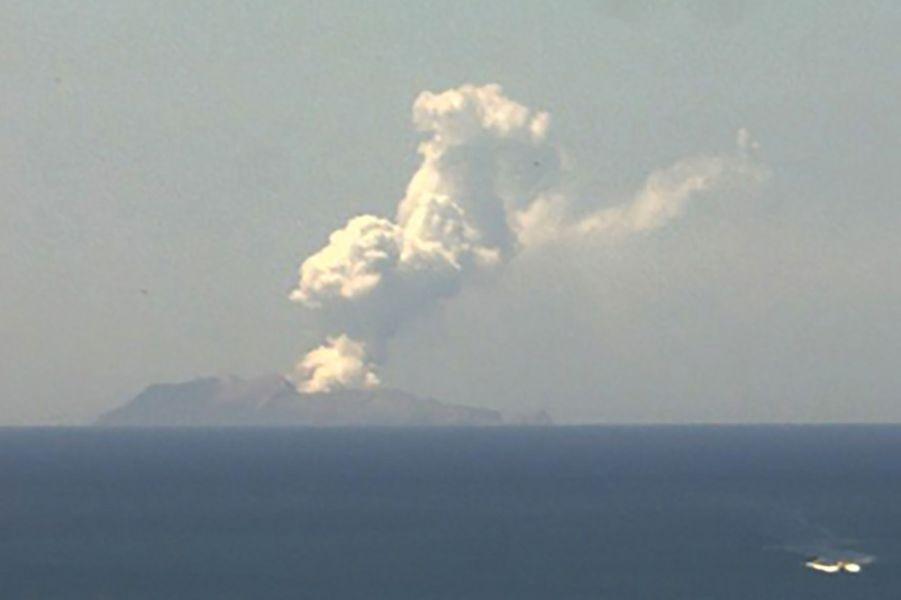 Capture d'écran d'une webcam montrant l'éruption du volcan de White Island, lundi.