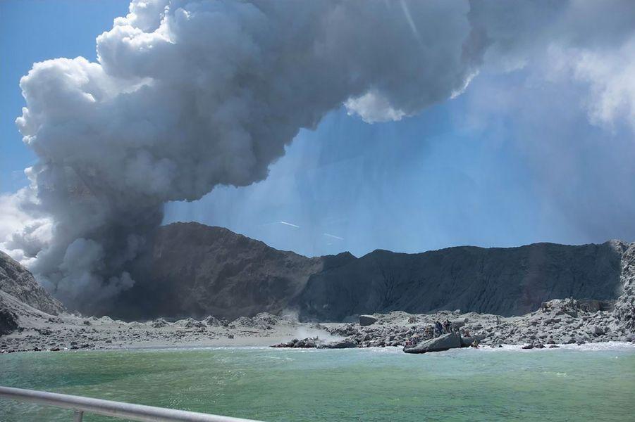 Photo montrant l'éruption sur White Island, quelques minutes après le début, lundi.