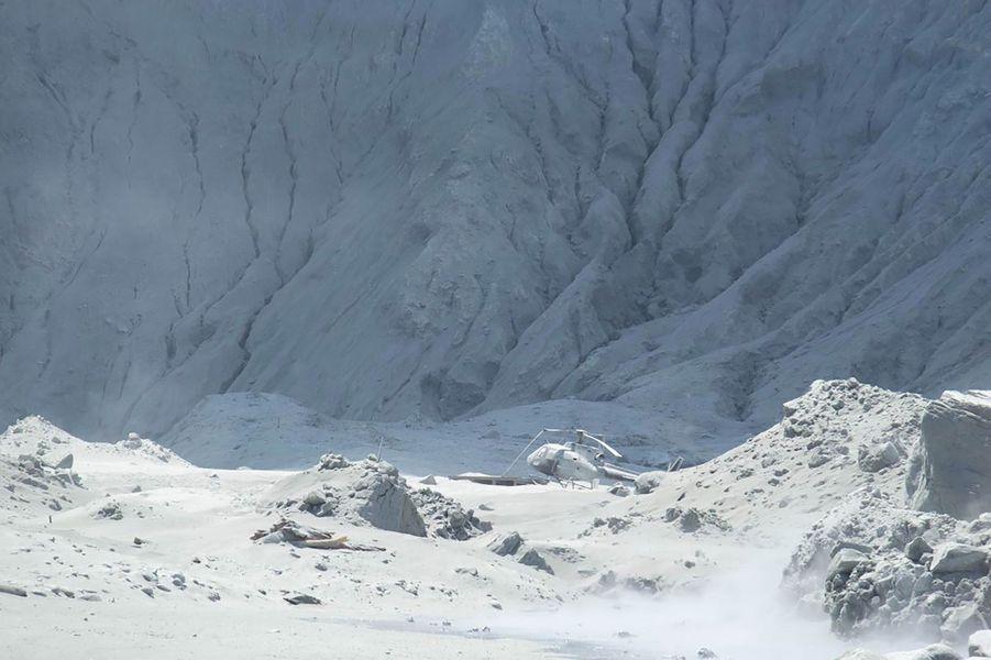 Un hélicoptère détruit par l'éruption de White Island, lundi.
