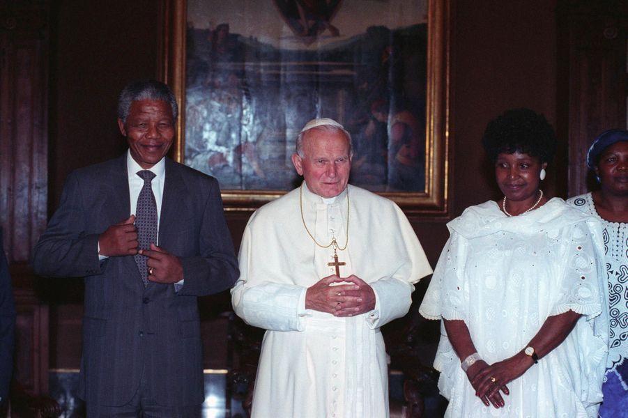 Winnie et Nelson Mandela avec le pape Jean-Paul II, en juin 1996.