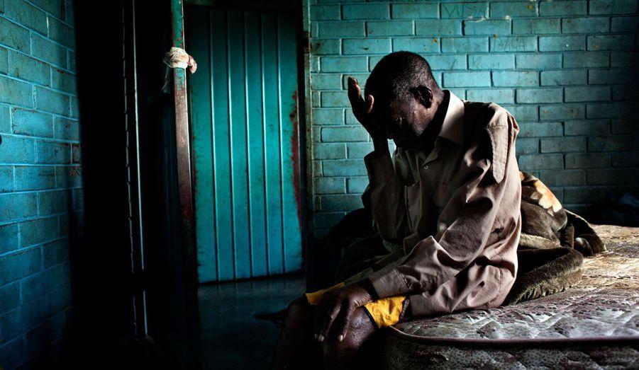Le photoreporter Robin Hammond dévoile la violence de la dictature la plus fermée d'Afrique, celle de Robert Mugabe. Le photographe néo-zélandais de 37 ans est le lauréat de la troisième édition du Prix Carmignac Gestion du photojournalisme. Son obstination a montrer les rouages et les conséquences sur la population du pouvoir absolu exercé par le vieux despote lui a valu plusieurs semaines de prison et une interdiction de séjour au Zimbabwe. Sous le titre « Le nom de vos plaies sera silence », les photos de son reportage extraordinaire sont à découvrir du 9 novembre au 9 décembre 2012, 11h-19h (sauf dimanche et lundi), à l'École Nationale des Beaux-arts, chapelle des Petits-Augustins,14, Rue Bonaparte, 75006 Paris. C'est à 14 ans que Nyatwa, aujourd'hui âgé de 76 ans, arrive à pied du Mozambique pour chercher du travail au Zimbabwe. À l'époque, il est embauché pour pelleter du charbon dans une sucrerie. Aujourd'hui malade, il ne peut plus travailler. « J'ai vu le pays changer du tout au tout. On dormait dans les buissons. C'était la guerre. Vous autres (les Blancs) faisiez preuve de discrimination envers nous. On nous traitait comme des esclaves. Les temps étaient durs. Quand l'indépendance est arrivée, on a pensé que les choses iraient mieux. Mais on a fini par s'entretuer. »
