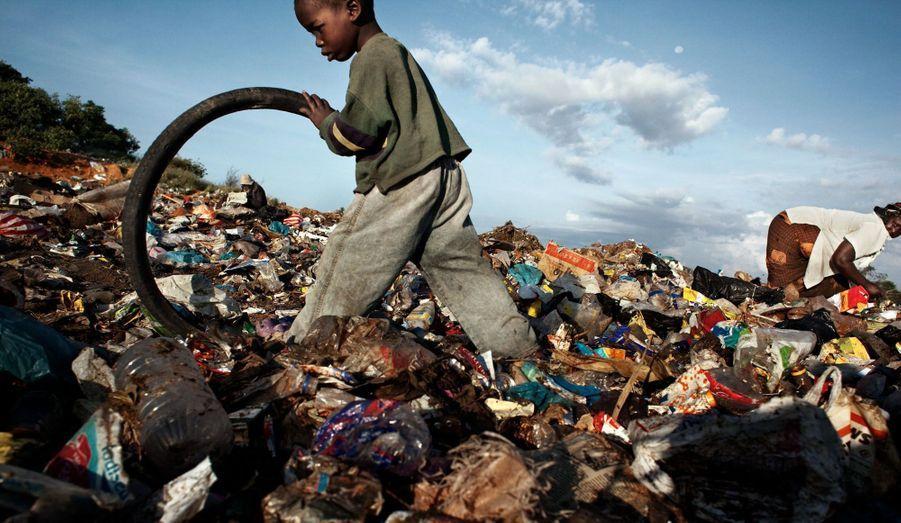 Patrick, 5 ans, vit dans une décharge. C'est sa grand-mère qui s'occupe de lui depuis que son frère jumeau Petrous et lui ont été abandonnés par leurs parents. Leur grandmère recycle les déchets de la décharge et gagne en moyenne 10 $ par mois. Ce maigre revenu ne lui permettant pas d'envoyer les jumeaux à l'école, ils passent leur journée à ramasser les déchets avec elle.