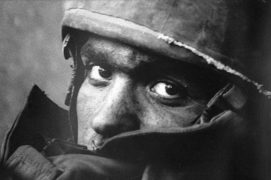 Depuis trente-cinq ans Il parcourait le monde et ses tumultes pour Match. Il nous a quittés après « une vie magnifique ». Retour en images sur la carrière d'un gentleman-photographe.Beyrouth-Ouest, 14septembre 1982. Juste après l'assassinat de Bachir Gemayel, le nouveau président chrétien du Liban, un jeune soldat de Tsahal, l'armée israélienne, en partance pour le front.
