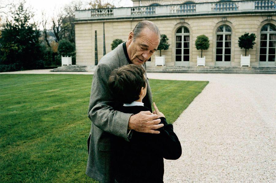 Jacques Chirac et son petit-fils, Martin, dans les jardins de l'Elysée.