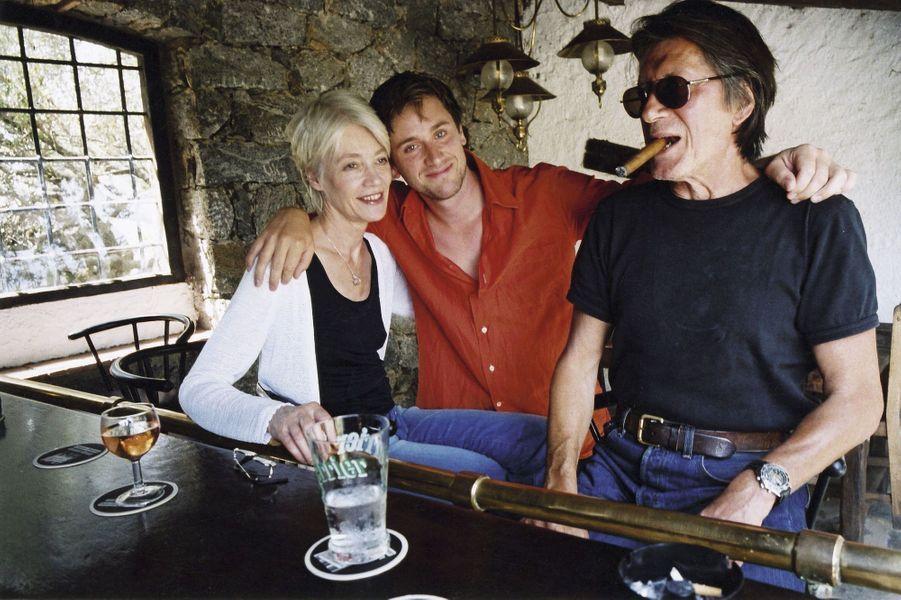 Françoise Hardy, Thomas et Jacques Dutronc dans leur maison de Monticello, en Corse. 3juillet 2000.