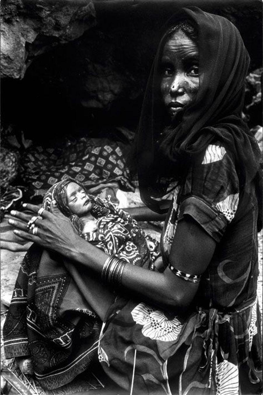 Erythrée, 1977. Une enfant meurt sous le regard impuissant de sa mère. La province éthiopienne qui borde la mer Rouge est en guerre contre le pouvoir central.