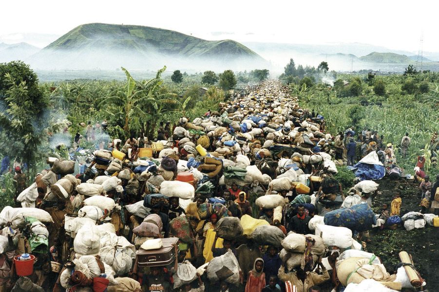 Juillet1996, le malheur a changé de camp. Les Hutus qui s'étaient réfugiés au Zaïre sont contraints de retourner au Rwanda pour y être jugés par les Tutsis qui ont échappéau carnage de 1994.