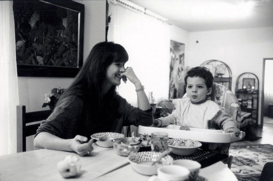 Sophie Marceau et son fils, Vincent, quand ils vivaient à Varsovie. Mai1998. Benoit les a accompagnés en Italie, en Californie.