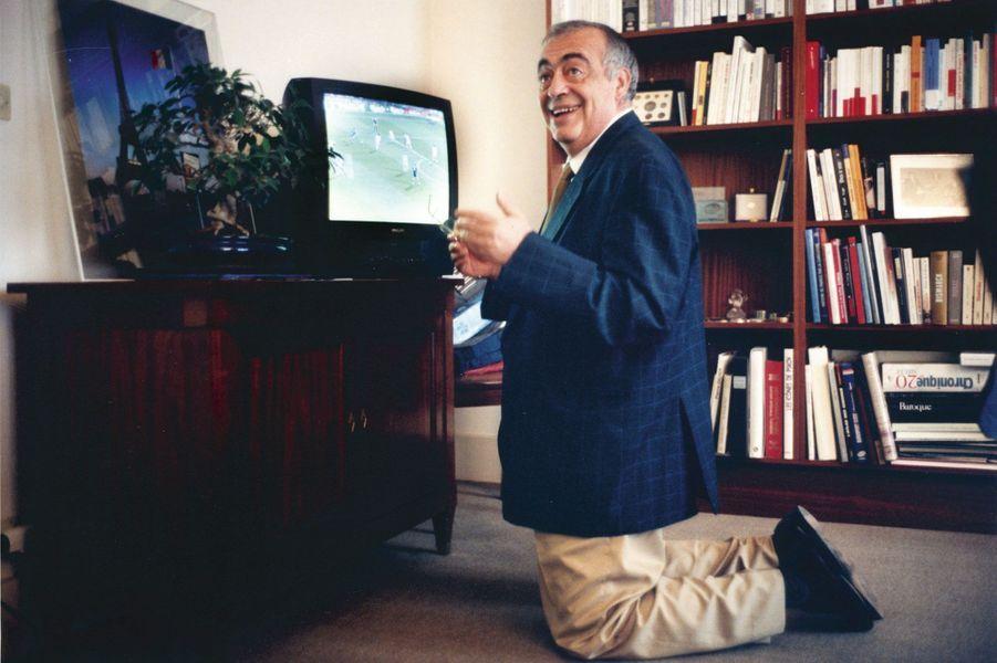 Philippe Séguin, ravi, découvre la finale de l'Euro 2000 qu'il avait enregistrée. Lundi 3juillet 2000.