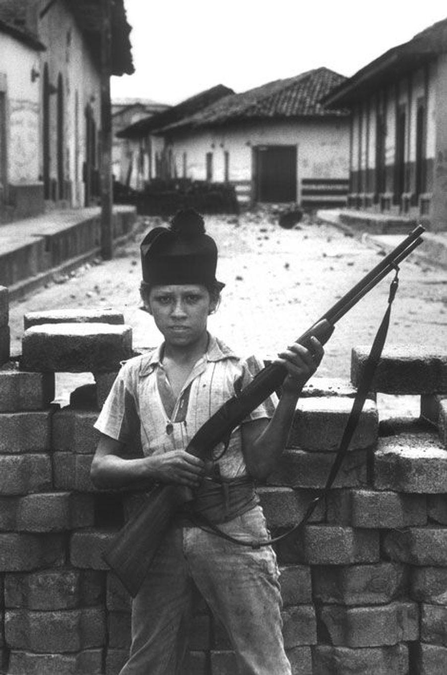 Nicaragua, juin1979, à l'époque de la révolution sandiniste. Un gosse armé pendant la bataille de Leon, la deuxième ville du pays.