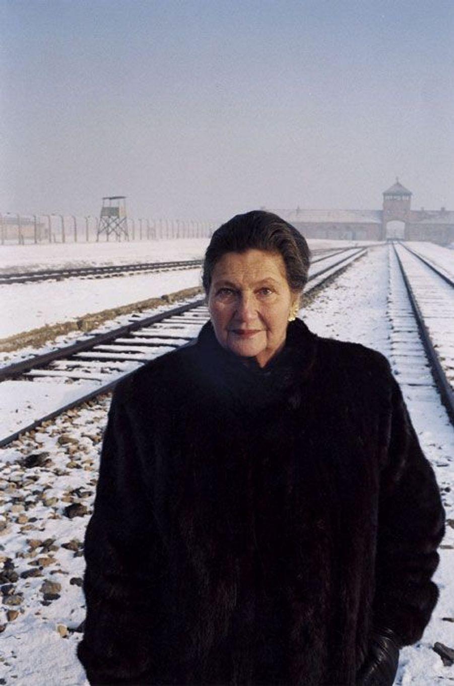 Simone Veil, près de soixante ans après sa libération, retrouve le camp de la mort d'Auschwitz. 22décembre 2004.