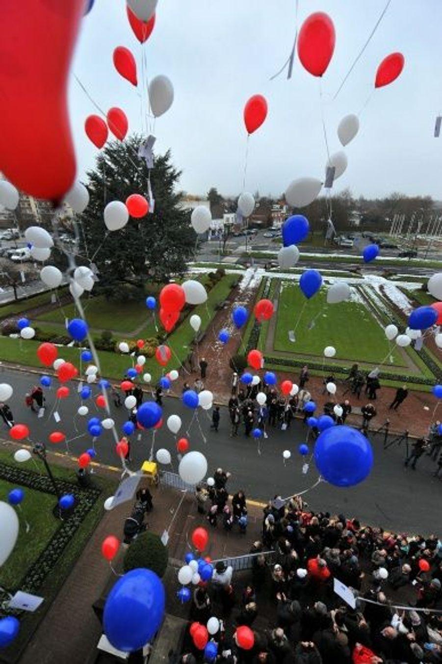 Un lâcher de ballons devant la mairie de Marcq en Baroeul, d'où est originaire Hervé Ghesquière.