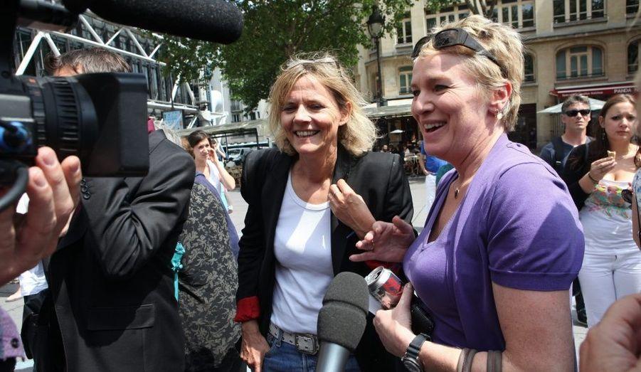 A l'issu d'un rassemblement de soutien organisé à Paris, Florence Aubenas et Elise Lucet ont appris ce mercredi la libération des otages avec émotion.