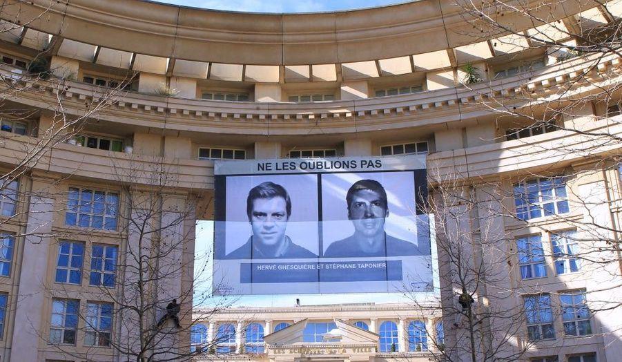 Le 3 février 2011. Une banderole a été déployée dans le quartier Antigone à Montpellier, pour marquer les 400 jours de captivité de Ghesquière et Taponier.