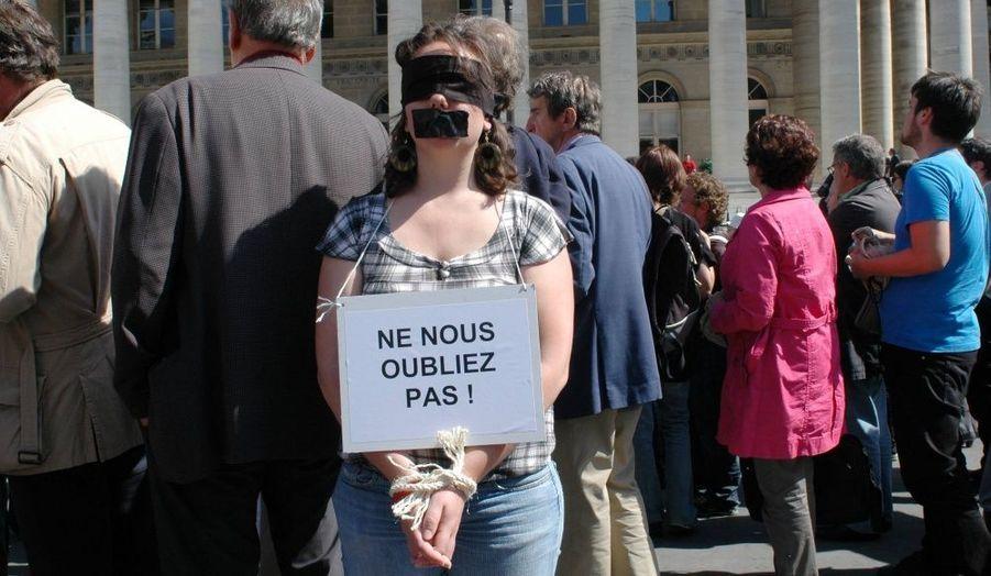 Le 9 septembre 2010. Le comité de soutien créé par leurs proches et Reporters sans Frontières ont mobilisé des personnes pour mimer les otages sur la place de la Bourse à Paris.